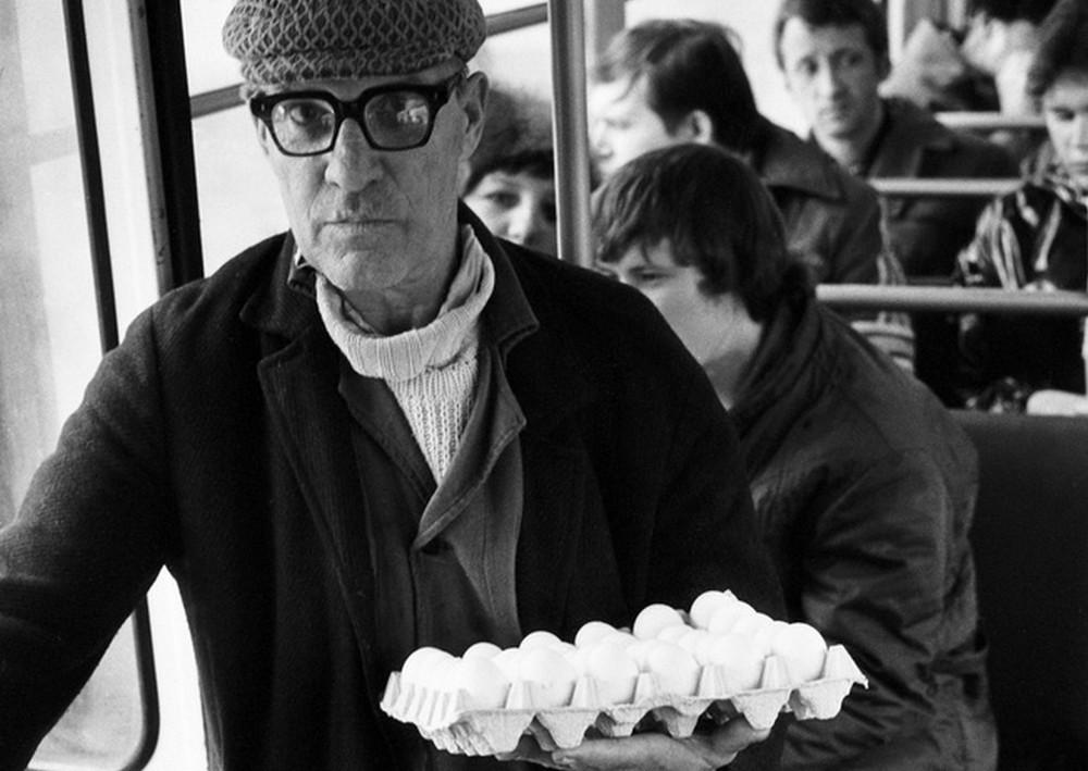 Пассажир трамвая с яйцами