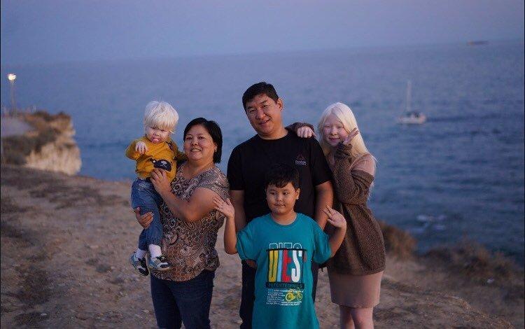 Камила и Асель Калагановы с семьей