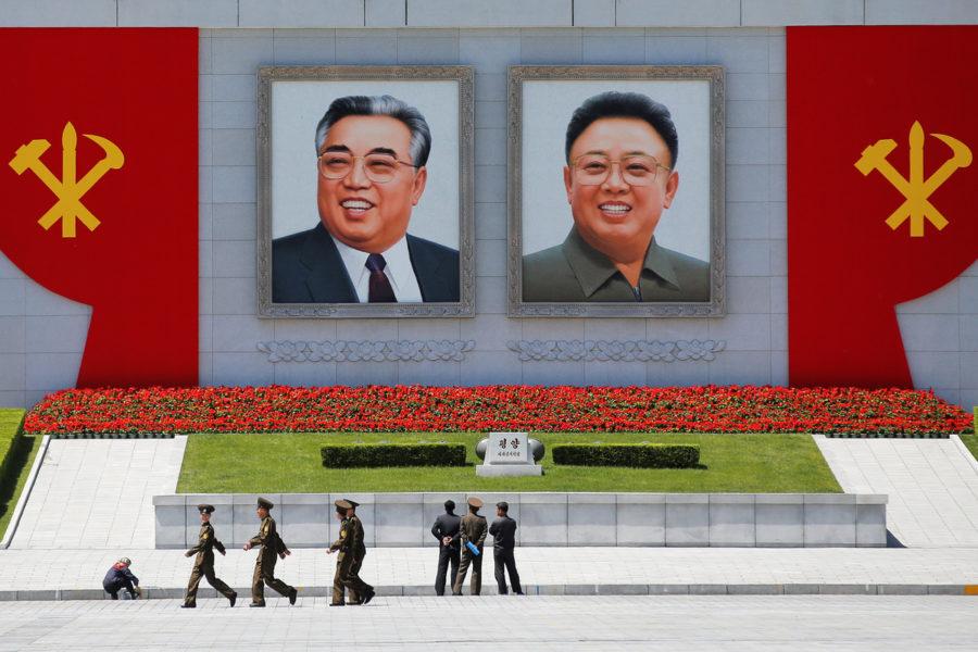 Портреты лидеров в Северной Корее