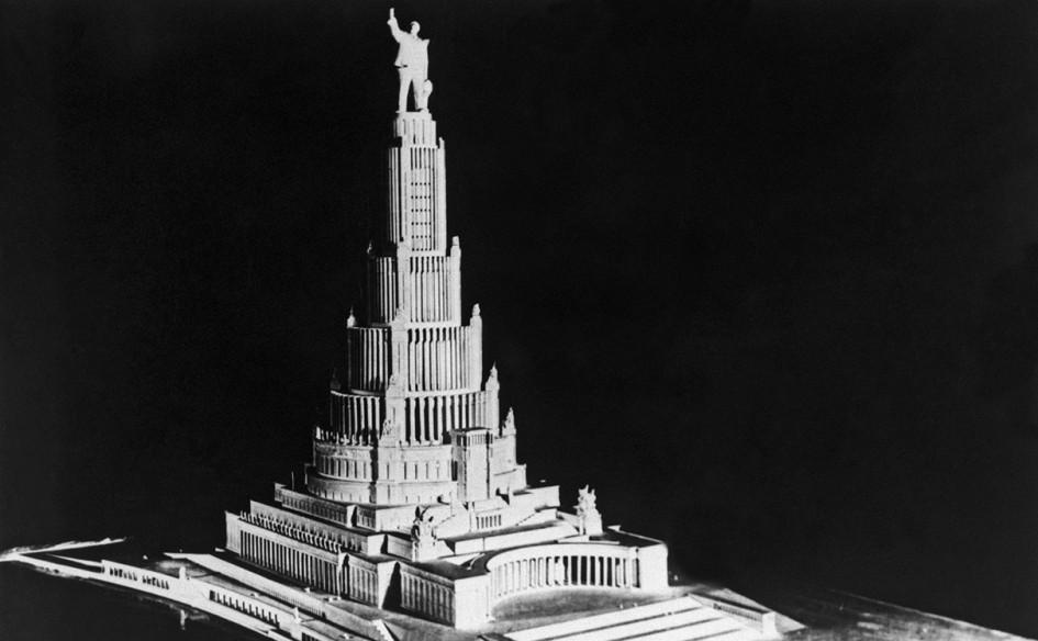 Высокое здание со скульптурой Ленина
