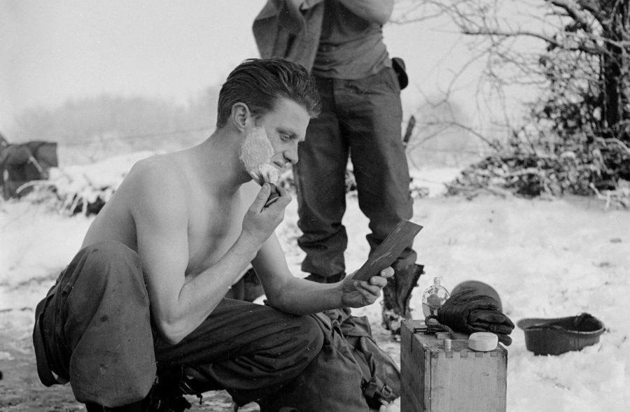 Солдат бреется